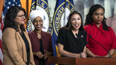 Alexandria Ocasio-Cortez vid mikrofonen, omgiven av Rashida Tlaib (längst till vänster), Ilhan Omar och Ayanna Pressley (till höger) under måndagens presskonferens.