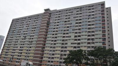 Bild på ett stort höghus med en massa små fönster på rad.