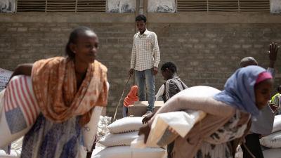 Ruoka-apua annetaan vain keskuksissa. On useita kyliä, joihin apu ei pääse perille.