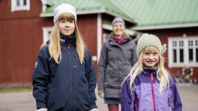 Wilma Forsström, Amanda Juslenius och Henrika Ekman utanför Västankvarns skola.