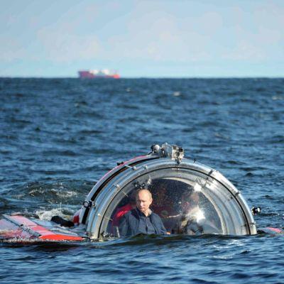 Vladimir Putin sukellusveneessä Suursaaren läheisyydessä Suomenlahdella 15. heinäkuuta.