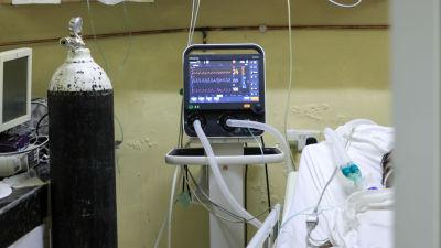 En patient på intensivvård för Covid-19 vid ett sjukhus i Kenya.