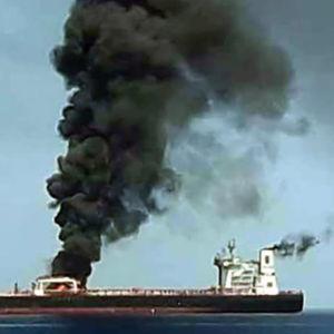 Tanker står i brand utanför Omans kust.