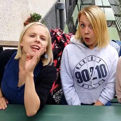 Ikosen siskot eli Aili, Heini ja Tuuli Popparin terassilla