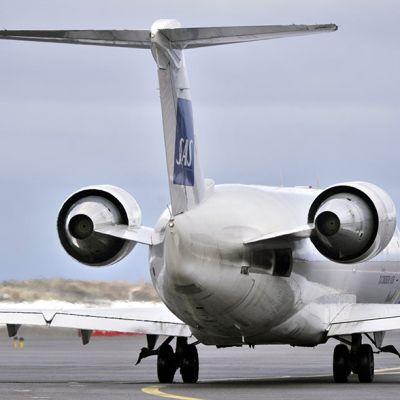 SAS:n matkustajakone Helsinki-Vantaan lentokentällä.