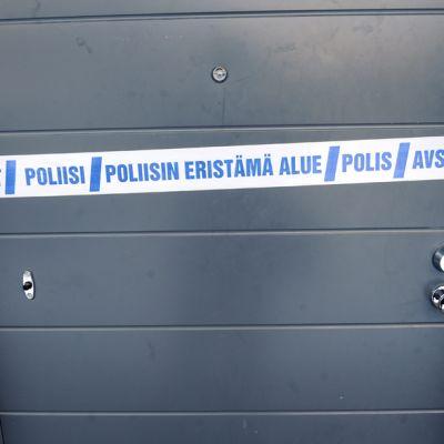 Poliisin eristämä alue -teippi asunnon oven edessä Kauklahdessa Espoossa 3. helmikuuta.