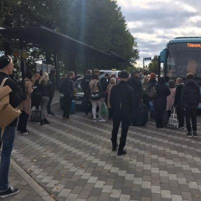 Matkustajat odottavat linja-autoon pääsyä Lappeenrannan matkakeskuksessa.