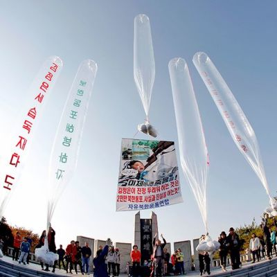 Ihmiset valmistelevat ilmapalloja lähetettäviksi viemään propagandalehtisiä