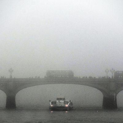 Westminsterin silta tiheässä sumussa Lontoossa 30. joulukuuta 2016. Sakea sumu kattaa suuren osan Britanniaa ja häiritsee monien uudenvuoden juhlijoiden liikennettä ja matkasuunnitelmia.