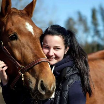 nuori nainen ja hevonen