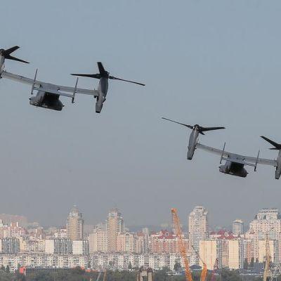 kaksi lentokonetta kaupungin yllä