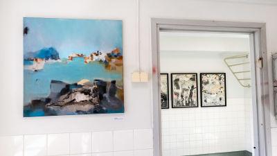 Tavlor på utställning i galleri.