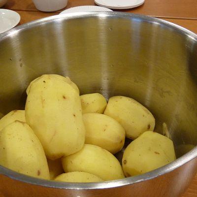 Perinteisen perunamuussin valmistus onnistuu myös tavallisista ruokaperunoista.