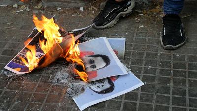 Bild på bilder på en domare som bränns av demonstranter.