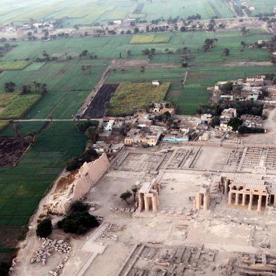 Ilmakuvaa entisen Diospolis Magnan eli nykyisen Luxorin alueelta Egyptistä tammikuussa 2014. Kuvassa näkyy Ramses II:n temppelin raunioita.
