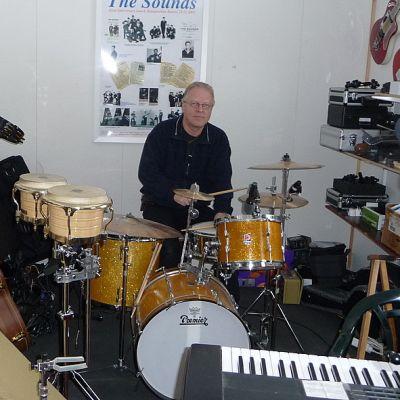 Pepe Kovasen kokoelmiin kuuluu mm. yli 70 kitaraa.