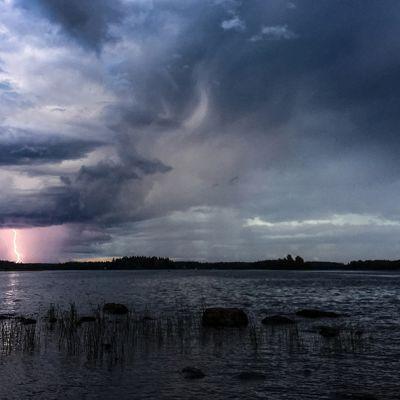 Valokuvataitelija Joni Virtasen kuva salamasta meren yllä.