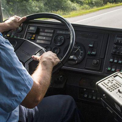 Bussinkuljettaja ajaa autoa.