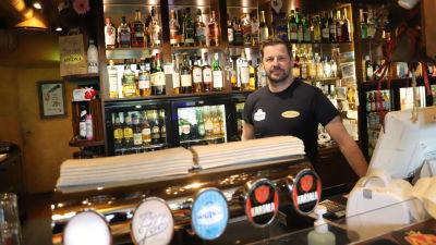 Petri Kodisoja står vid bardisken i Bar Korona.