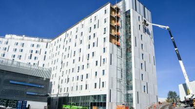 Stor sjukhusbyggnad under konstruktion.