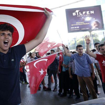 Hallituksen kannattajia Turkin lippujen kanssa.
