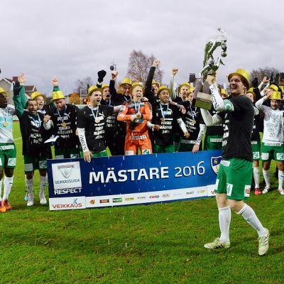 IFK Mariehamnin joukkue juhlii Suomen mestaruutta.