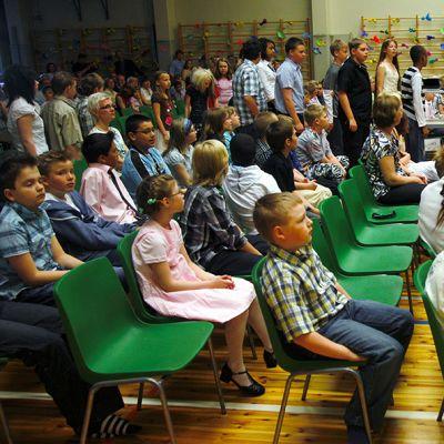 Kevätjuhla Helsingin Maatullin ala-asteella. Kuva on vuodelta 2008.