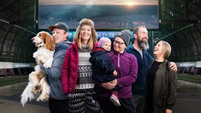 Dokumenttisarjan päähenkilöitä ryhmäkuvassa: Rolle-koira, Petro, Minna, Naomi (vauva), Pernilla, Annamari, Grit ja Annamari.