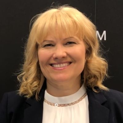 Johanna Törn-Mangs står framför en svart vägg med vit Svenska Yle-logga på.