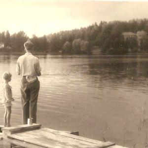 Isän kanssa ongella. Nelilapsisessa perheessä isän, Mikko Juvan kanssa kahden kesken vietetty aika oli arvokasta.
