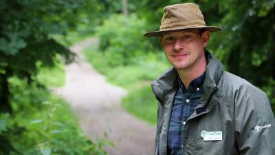 Torben Lenhart ute i skogen som fungerar som begravningsplats