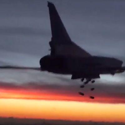 Tupolev Tu-22 pudottaa pommilastinsa jossain Syyriassa.