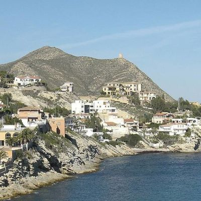 Taloja kukkulan juurella, taustalla Välimeri.