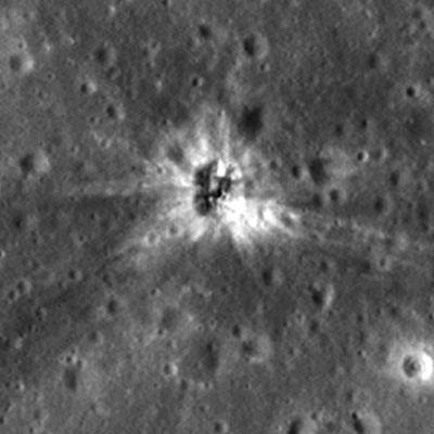 Soikiomainen kraateri ja siitä leviävät säteet Kuun pinnalla.