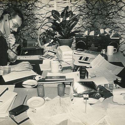 Hannu Harju jouluterveiskonsertin valmisteluissa vuonna 1985.