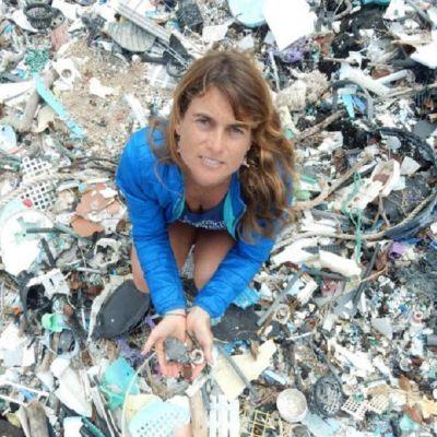 Tutkija muovijätteen peittämällä rantahiekalla.