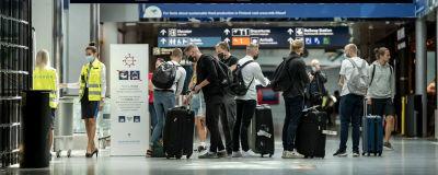 Personer med resväskor på Helsingfors-Vanda flygplats.