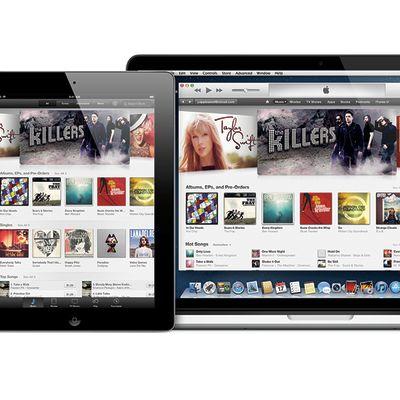 Taustalla kannettava Mac-tietokone, edessä vasemmalla iPad sekä oikealla iPhone. Kaikissa näytöissä näkyy iTunes-ohjelma.