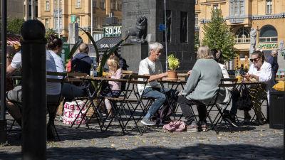 ihmisiä terassila Vaasassa