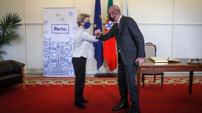 Charles Michel ja Ursula von der Leyen tekevät kyynärpäätervehdyksen.