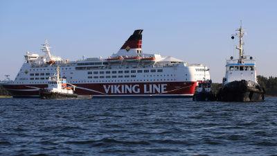 Tre bogserbåtar syns nära M/S Amorella vid Julgrund nära Järsö på Åland.