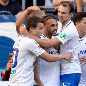 IFK Norrköping firar Simon Skrabbs mål.