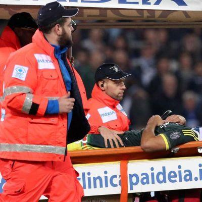 AC Milan Alexia kannetaan tajuttomana pois kentältä.