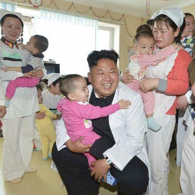 Toukokuun 19. päivä julkaistussa valokuvassa Pohjois-Korean johtaja Kim Jong-un on vierailulla sairaalassa, joka on erikoistunut Pohjois-Korean sotilaiden ja heidän perheidensä hoitoon.