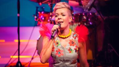 Daniela Fogelholm är en frilansande mångsysslare. På bilden ses hon sjunga på Svenska Teaterns scen.