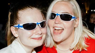 Två fans poserat med Finland-solglasögon.