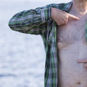 Veli Huovinen näyttää leikkausarpea rinnassaan.