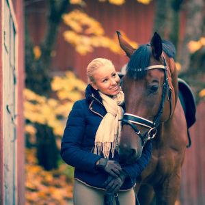 Nainen ja hevonen syksyllä