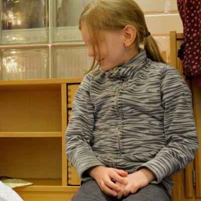 Kaksi lasta leikkii nukeilla päiväkodissa.
