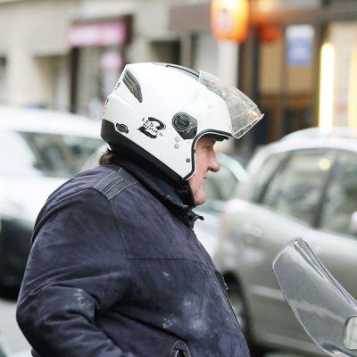 Ranskalaisnäyttelijä Gerard Depardieu poistumassa ravintolasta Pariisissa 4. tammikuuta.